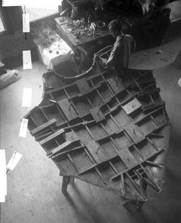 Man working on manikin of Manta Devil Fish Department of Preparation   Tijdschrift Terras